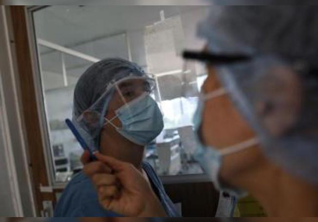 Fotografía que muestra a médicos preparándose para atender pacientes con covid-19 durante un recorrido de Efe al interior del Hospital Juárez en Ciudad de México (México). EFE/ Sáshenka Gutiérrez/Archivo