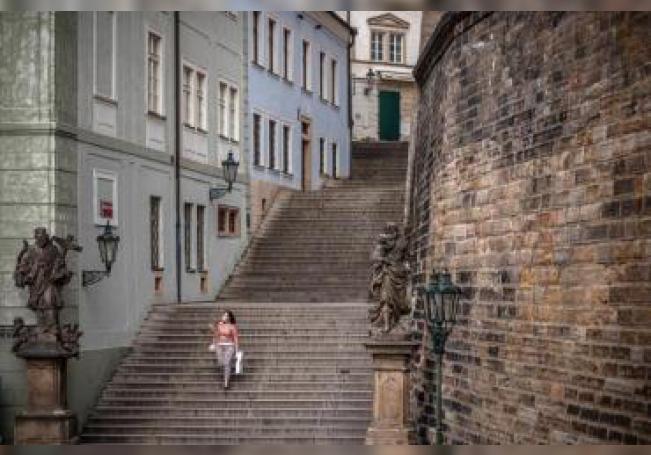 Mujer en Praga durante el confinamiento.