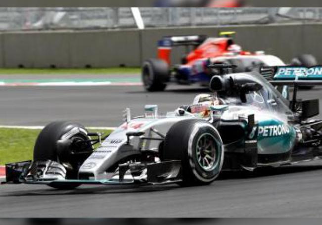 El británico Lewis Hamilton de la escudería Mercedes durante la primera jornada de entrenamientos de Fórmula Uno en el circuito Hermanos Rodríguez de Ciudad de México.