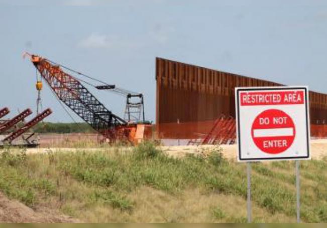 Fotografía de principios de mayo cedida por la organización de servicios legales Texas Civil Rights Project (TCRP) donde se muestra el desarrollo de los trabajos de construcción del muro fronterizo en el sur de Texas. EFE/ Roberto López/TCRP /SOLO USO EDITORIAL /NO VENTAS