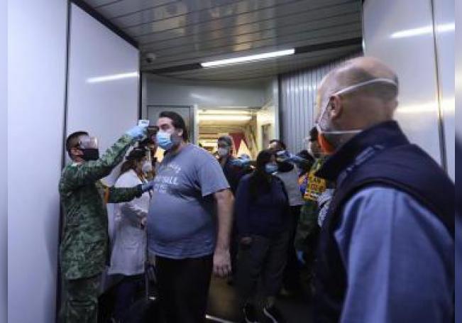 Fotografía cedida por la Secretaría de Relaciones Exteriores (SRE), donde se observa a ciudadanos mexicanos a su llegada este miércoles al Aeropuerto Internacional de Ciudad de México (México). EFE/SRE/SOLO USO EDITORIAL