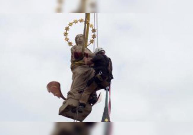 Un operario coloca la estatua de la Inmaculada en la Plaza Vieja de Praga, su ubicación original. EFE/ Gustavo Monge