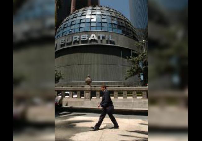 Vista general del edificio de la Bolsa Mexicana de Valores, ubicado en la avenida Paseo de la Reforma de la Ciudad de México. EFE/David de la Paz/Archivo