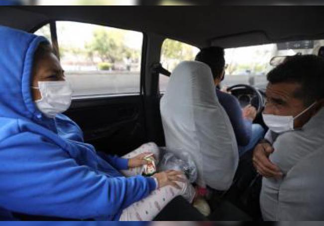 María de los Ángeles González (i) se dirige a su hogar después de permanecer por mas de 20 días internada en Centro Banamex, el 1 de junio tras un largo peregrinar por varios hospitales de Ciudad de México. EFE/Sáshenka Gutiérrez