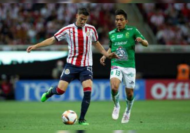 El jugador de Chivas Hiram Mier (i) disputa el balón con Ángel Mena (d) de León. EFE/ Francisco Guasco/Archivo