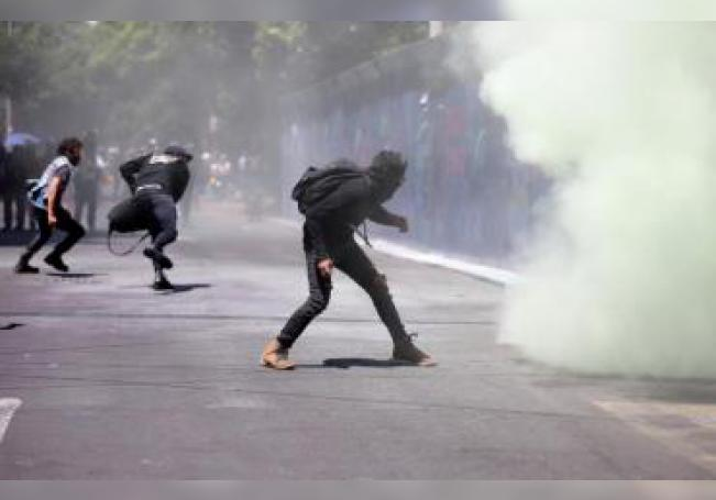 Grupo de manifestantes protestan este viernes, en las afueras de la Embajada de Estados Unidos en Ciudad de México. Decenas de manifestantes vandalizaron la Embajada de Estados Unidos en la capital mexicana este viernes en la protesta por el presunto asesinato de George Floyd, afroamericano que murió a manos de la Policía hace más de 10 días en Mineápolis. EFE/Sáshenka Gutiérrez