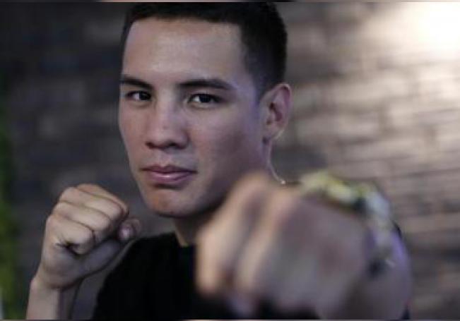 El campeón del mundo de peso pluma por la Organización Mundial de Boxeo (OMB), Óscar Valdez, posa durante una entrevista con Efe en Ciudad de México (México). EFE/José Méndez/Archivo