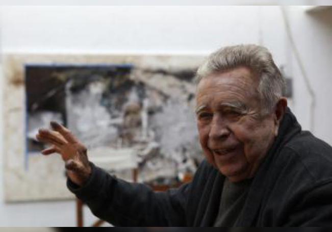 Fotografía de archivo fechada el 17 de abril de 2017, que muestra al pintor y escultor mexicano Manuel Felguérez mientras habla en entrevista con Efe, en su taller de Ciudad de México (México). EFE/ Alex Cruz