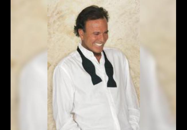 Fotografía cedida por la Academia Latina de la Grabación que muestra a Julio Iglesias mientras posa para una fotografía. EFE/Cortesía Academia Latina de la Grabación/SOLO USO EDITORIAL/NO VENTAS