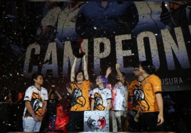 Fotografía cortesía de Liga de Videojuegos Profesional México, fechada el 25 de agosto de 2019 en la que se observa a Estral Esports alzando el título de campeón del torneo Clausura 2019 de la División de Honor de League of Legends.en Ciudad de México.(México). EFE/ Liga de Videojuegos Profesional México /SOLO USO EDITORIAL