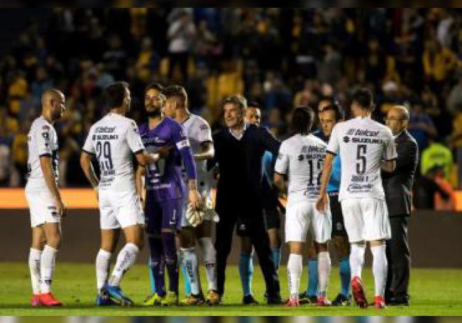 Jugadores y Miguel Gonzalez (c) entrenador de Pumas reclaman una jugada ante Tigres durante un partido celebrado en el estadio Universitario de la ciudad de Monterrey. EFE/Miguel Sierra/Archivo
