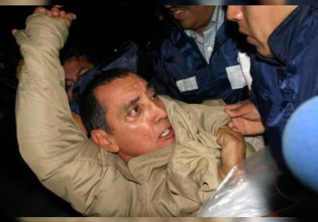 Fotografía de archivo del 21 de junio de 2007 en la que aparece el ex gobernador Mario Villanueva mientras es trasladado del penal de alta seguridad del municipio de Almoloya de Juárez al Reclusorio Norte de Ciudad de México.