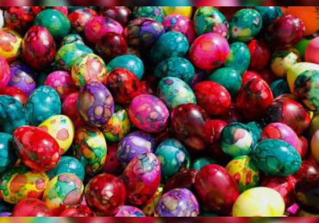 Foto que muestra huevos multicolores.