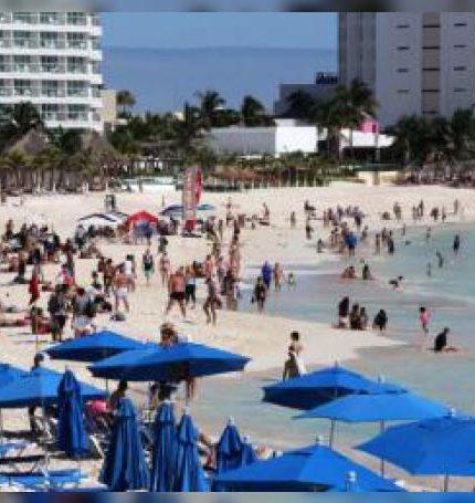Turistas disfrutan de una playa en Cancún, estado de Quintana Roo (México). EFE/ Alonso Cupul/Archivo