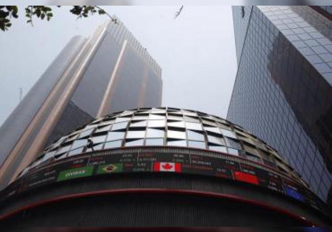 Fotografía fechada el 21 de abril de 2018, que muestra el exterior de la Bolsa Mexicana de Valores, en Ciudad de México (México). EFE/Sáshenka Gutiérrez/Archivo