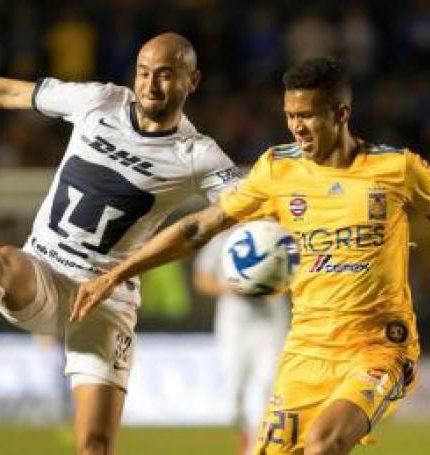 Francisco Meza (d) de Tigres disputa el balón con Carlos González (i) de Pumas. EFE/Miguel Sierra/Archivo