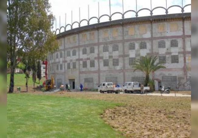 Varios operarios trabajan en las obras de revoco y pintura que actualmente se llevan a cabo en la Plaza de Toros de Tánger (Marruecos), la única del continente africano junto a la de Melilla. EFE/Abdelhakim Yamani