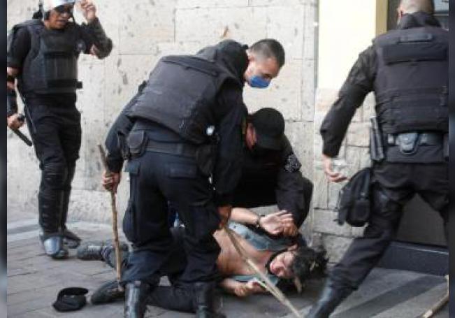 Policías detienen a un joven durante una protesta por la muerte de Giovanni López, golpeado por policías de Ixtlahuacan de los Membrillos en la ciudad de Guadalajara, estado de Jalisco (México). EFE/Francisco Guasco/Archivo