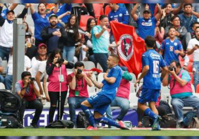 El jugador de Cruz Azul Jonathan Rodríguez celebra una anotación ante Tijuana, durante un partido de la jornada nueve del Torneo Clausura del fútbol mexicano, en el Estadio Azteca, en Ciudad de México (México). EFE/ José Méndez/Archivo