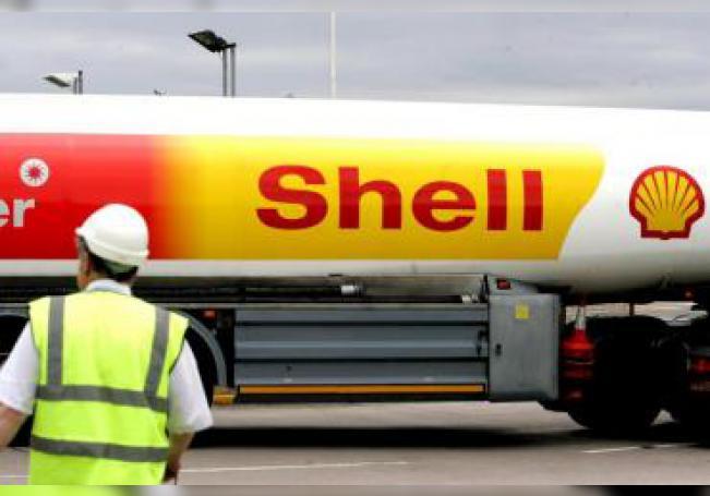 Un trabajador observa los camiones cisterna de Shell en la estación de Warwickshire, Reino Unido. EFE/Anita Maric/Archivo
