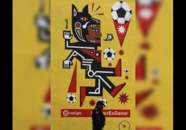 """Fotografía fechada el 10 de junio de 2020, que muestra el mural del artista visual Neuzz, que forma parte de la iniciativa """"United Streets of LaLiga"""", expuesto en un edificio en Ciudad de México (México). EFE/ Sáshenka Gutiérrez"""