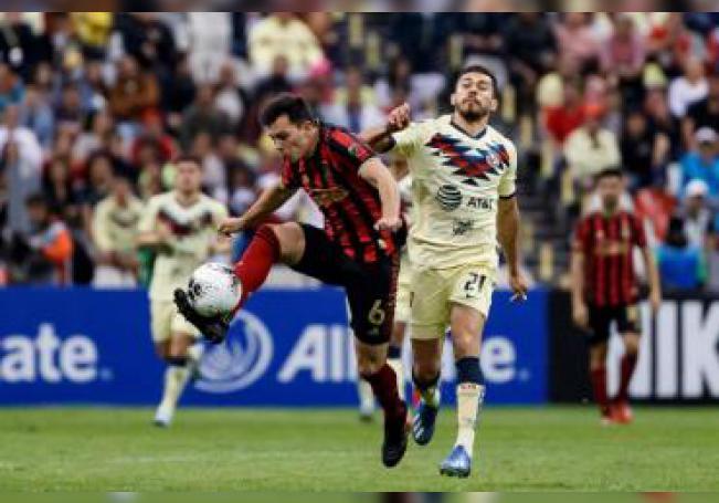 El jugador del América de México Henry Martín (d) disputa el balón con Fernando Meza (i) del Atlanta United de Estados Unidos, durante un partido de ida de cuartos de final de la Liga de Campeones de la Concacaf realizado en el Estadio Azteca, en Ciudad de México (México). EFE/José Méndez/Archivo