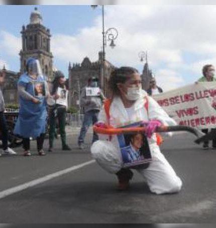 Fotografía del pasado 4 de junio, que muestra a madres y familiares de personas desaparecidas durante una protesta en Ciudad de México (México). EFE/José Pazos