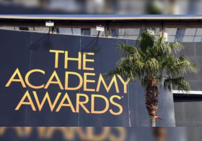 Vista del cartel de la entrada del teatro donde se celebra la gala de los Óscar, en Hollywood. EFE/Paul Buck/Archivo