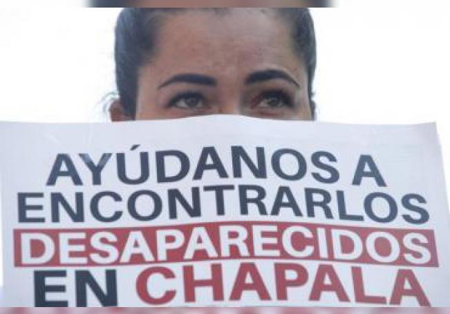 Una mujer protesta este lunes por la desaparición de los jóvenes Griselda Gutiérrez, Ángel Adán Martínez y Wenceslao Mendoza, en la localidad de Chapala, estado de Jalisco (México). EFE/Francisco Guasco