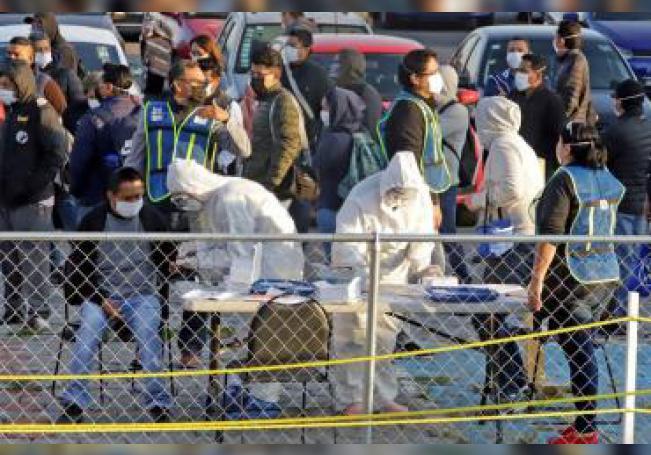 Trabajadores de la empresa Volkswagen regresan a recibir capacitaciones este martes, con estrictos protocolos de seguridad sanitaria debido a la pandemia de COVID-19, previo al arranque de labores en el estado de Puebla (México). EFE/Hilda Ríos