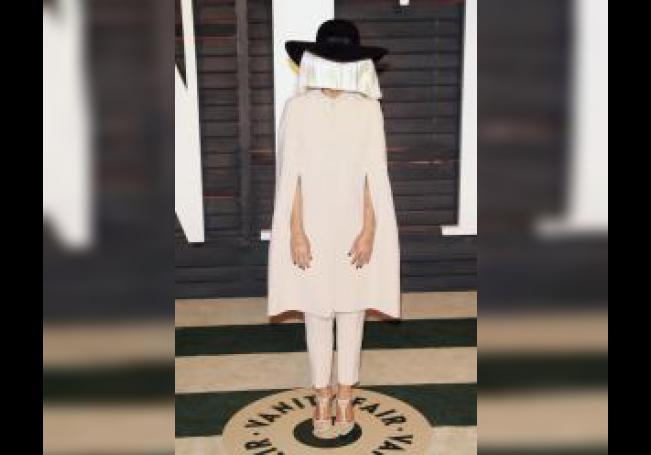 La cantante Sia posa a la llegada a la fiesta de Vanity Fair. EFE/Nina Prommer/Archivo