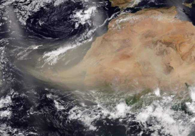 La espesa nube de polvo del desierto del Sahara cruzó estos días el Océano Atlántico, y se aproxima ahora al sureste de nuestro país