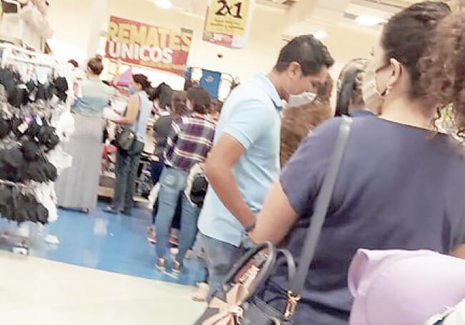 La oferta de ropa al 2 por 1 congregó a cientos en una tienda de autoservicio de Plaza Universidad.