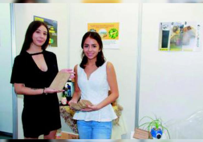 """Eslin Guadalupe Guerrero López y Claudia Mariana Alcalá López, de octavo semestre de la licenciatura en Diseño Industrial de la UAA, iniciaron con """"BI USE"""" un proyecto sustentable que busca ser utilizado para crear múltiples objetos."""