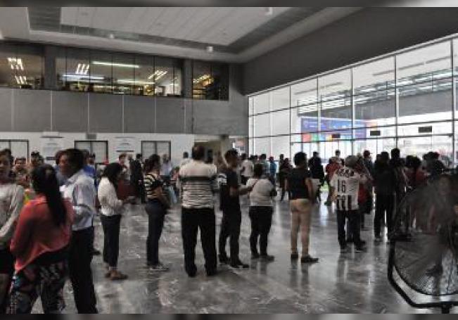 Se observó que al cuarto para las doce se presentaron largas filas al exterior y aglomeraciones al interior tanto del edificio principal de Finanzas como en los módulos de López Mateos y de Ficotrece