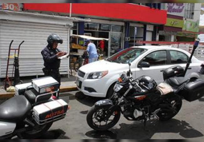 Un agente vial aplicando una multa a un infractor.