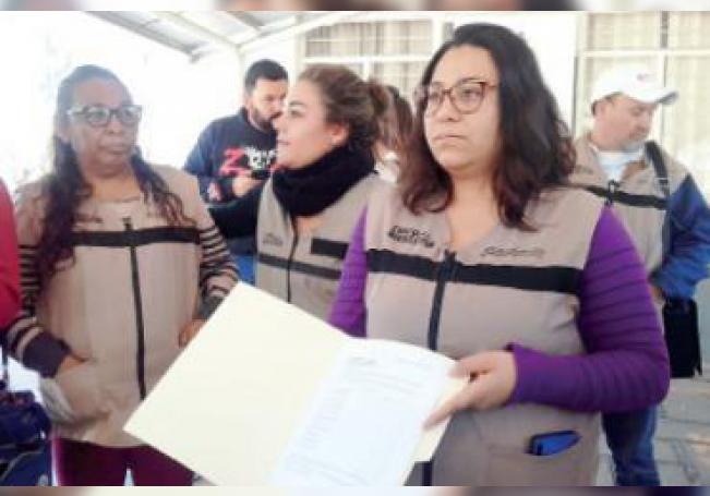 Algunos de los ahora ex-trabajadores durante la protesta.