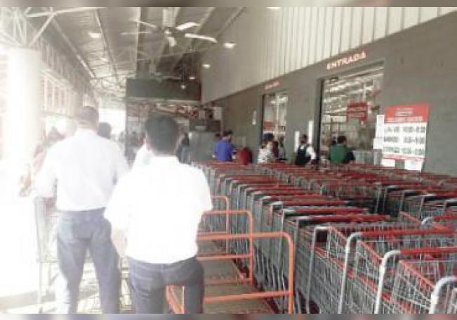 Algunos negocios como COSTCO ya comenzaron a controlar el número de clientes que entran a su tienda.