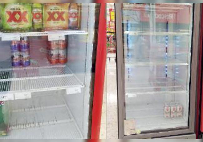 Refrigeradores vacíos en una tienda de autoservicio.