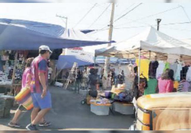 La gente decidió acudir por cientos a los tianguis capitalinos y dejar los cubrebocas en casa.