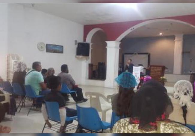 Personas congregadas en un templo cristiano.