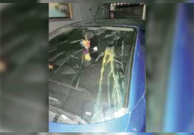 En abril pasado, sujetos arrojaron huevos al auto de una enfermera.