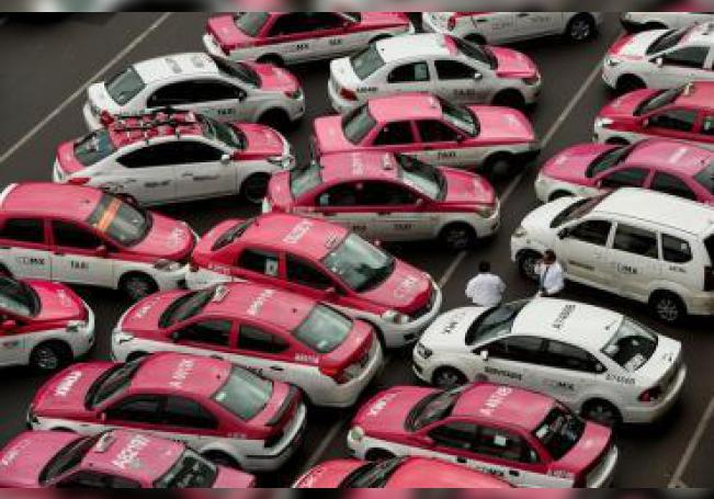 Vista de cientos de taxis estacionados en el Zócalo, en Ciudad de México (México) este lunes durante una protesta de taxistas contra las plataformas digitales como Uber y Cabify.