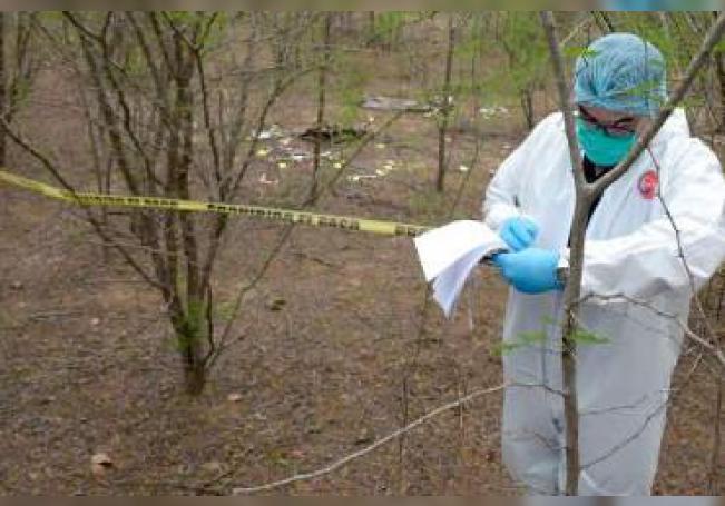 Peritos del Instituto Jalisciense de Ciencias Forenses extrajeron 19 bolsas con restos humanos de un abrevadero al reanudar la revisión de este predio del municipio de Zapopan
