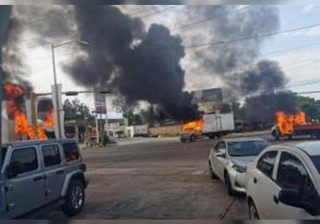 Vista de vehículos incendiados durante una enfrentamiento de grupos armados con las fuerzas federales este jueves, en las calles de la ciudad de Culiacán, en el estado de Sinaloa
