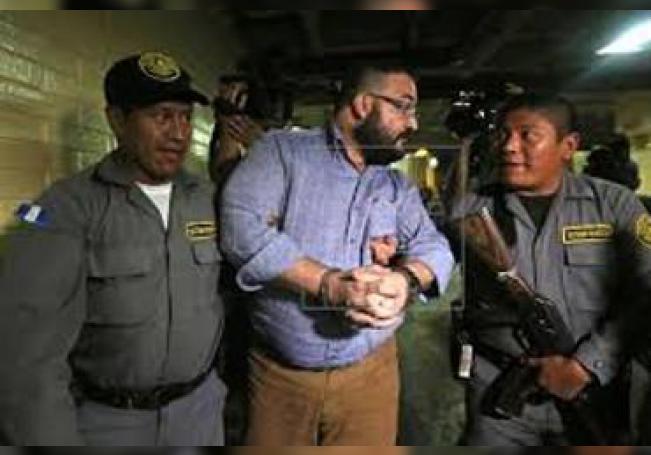 Javier Duarte (C), exgobernador del estado mexicano de Veracruz, abandona el edificio la Torre de Tribunales tras asistir a una audiencia, el martes 4 de julio de 2017, en Ciudad de Guatemala (Guatemala).