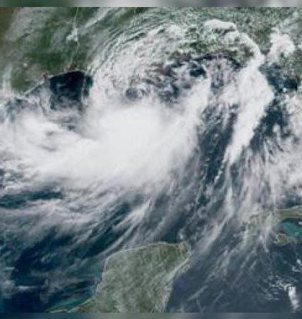 """La """"peligrosa"""" tormenta tropical Barry se está fortaleciendo en su camino a Luisiana, donde los meteorólogos estiman que tocará tierra esta noche o el sábado como el primer huracán de la temporada atlántica y causará graves inundaciones y marejada ciclónica."""