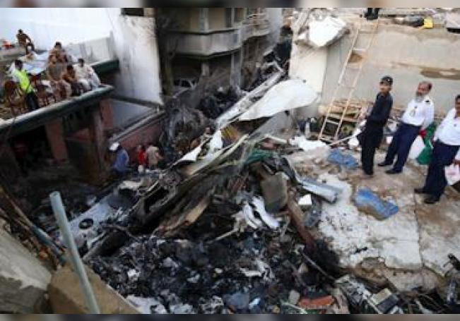 El avión se estrelló cerca del aeropuerto de la ciudad de Karachi.