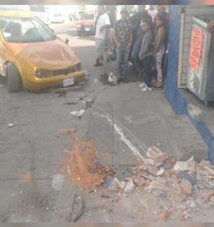 Una camioneta chocó contra un automóvil y provocó que se volcara, por lo que conductor de éste resultó lesionado.