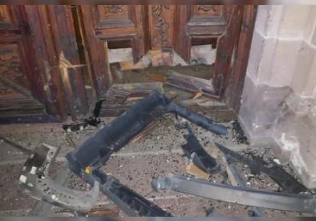 La puerta de más de 250 años de antigüedad resultó severamente dañada.